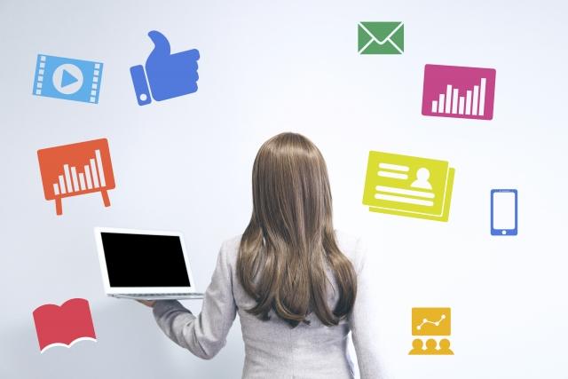 パソコンを持つ女性