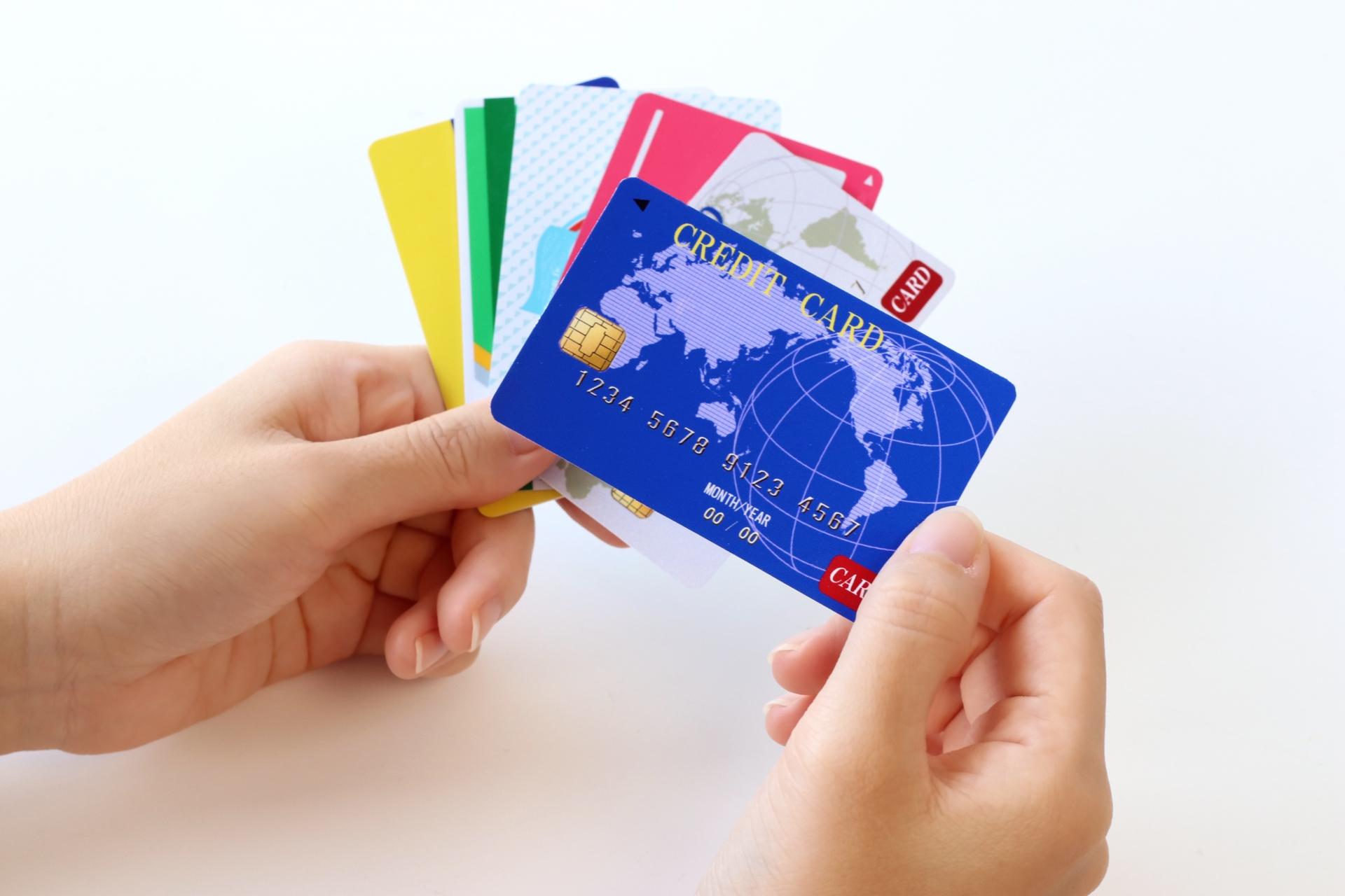 カードを持つ手