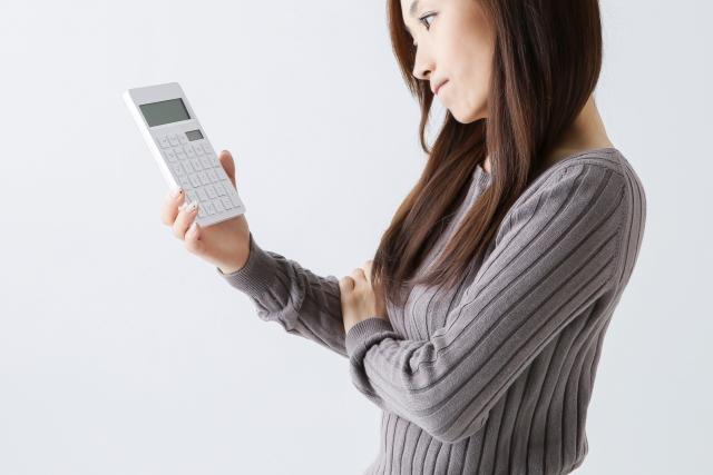 電卓見て考える女性