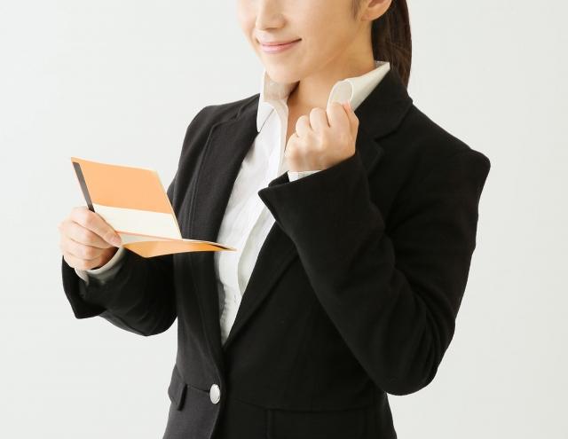 拳を握る女性