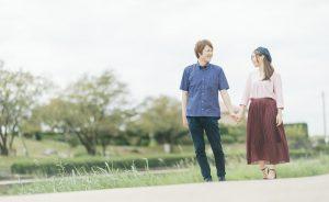 仲睦まじく公園を歩く夫婦