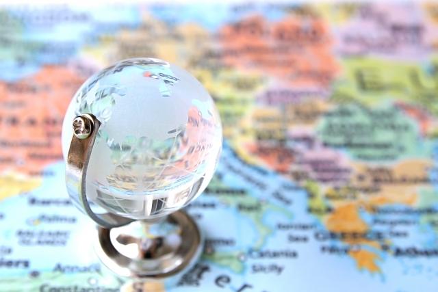 地球儀と地図