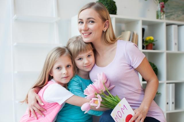 外国人の母親と2人の子ども