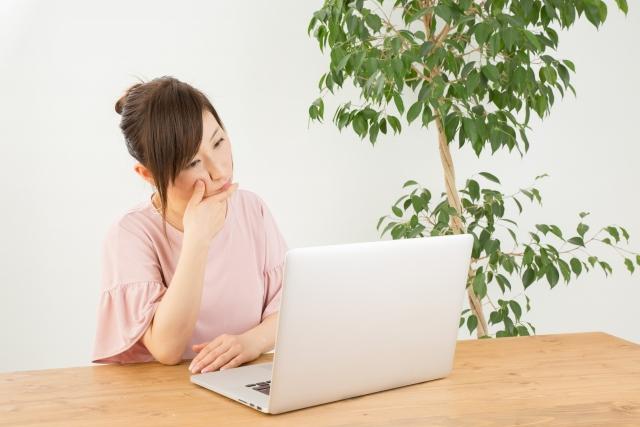 パソコン前で考える女性