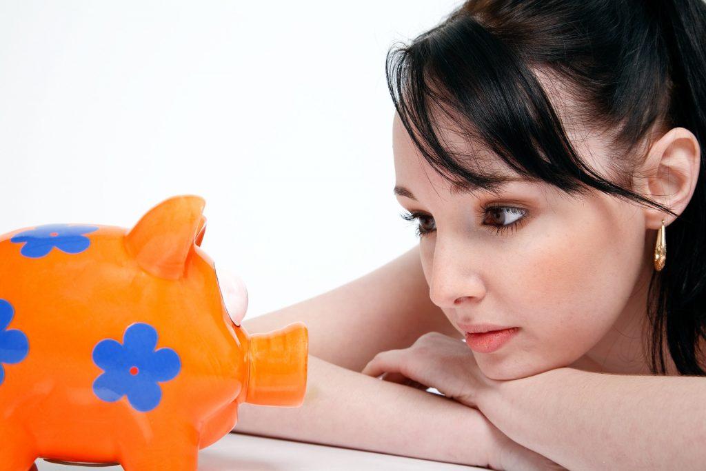 貯金箱と美女
